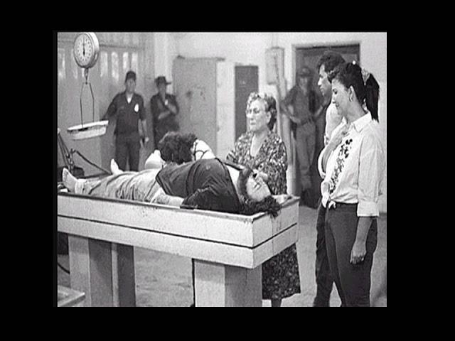 Hemilda Gavirie,  madre del capo reconociendo el cuerpo del capo en la morgue de la ciudad de Medellín.