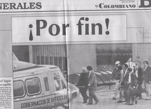 Foto publicada por la prensa de la época del momento en que Escobar se entrega para encerrarse en La Catedral, la lujosa cárcel que se mandó a construir.