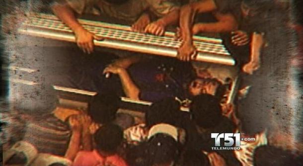 Fieles de Escobar abriendo el ataúd ya que no creían que el capo había muerto. Hasta el día de hoy hay quienes aseguran que El Patrón sigue vivo.
