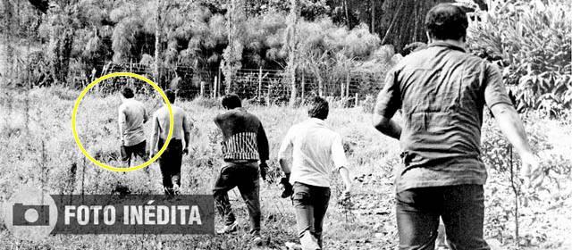 """Fotografía que mostraría el momento exacto en que Escobar se fuga a pie y tranquilamente de La Catedral. Estuvo """"preso"""" tan solo 13 meses."""