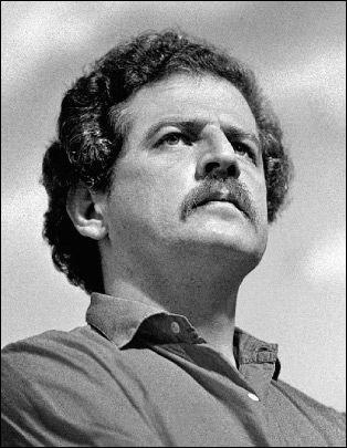 Luis Carlos Galan. En 1989 era el favorito para ganar las elecciones presidenciales en Colombia. Fue asesinado en un acto público por miembros del Cartel de Medellin debido a sus intenciones de extraditar hacia Estados Unidos a los capos del narcotráfico.